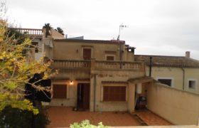 Gepflegtes Dorfhaus mit Garage und Garten in Felanitx — DH 136 CM
